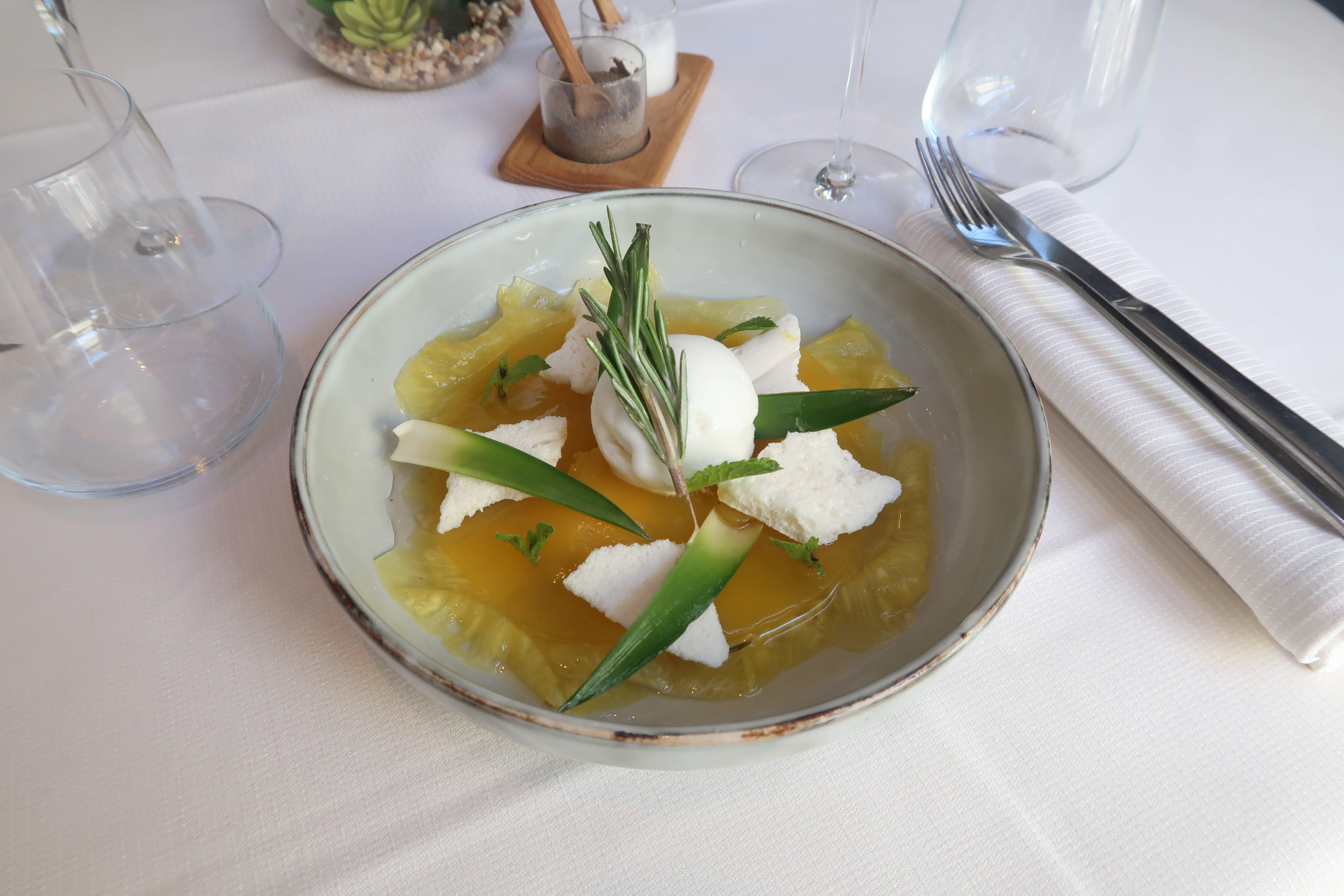 Carpaccio d'ananas, gelée de mangue et meringue